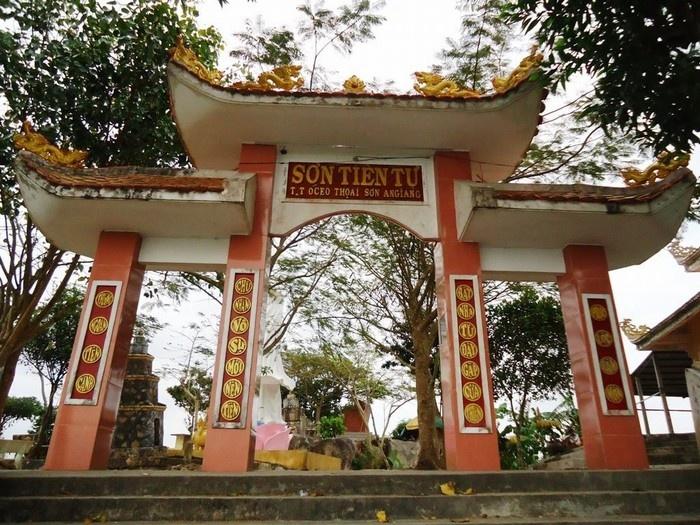 Sơn Tiên Tự tọa lạc trên đỉnh núi Ba Thê với độ cao hơn 200 m