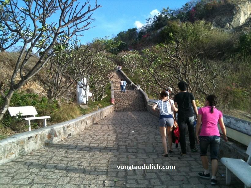 Đường bậc thang đi lên tượng chúa Ki tô