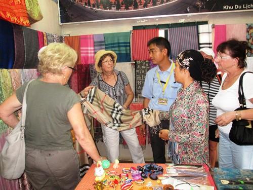 Một gian hàng dệt ở làng dệt Châu Giang