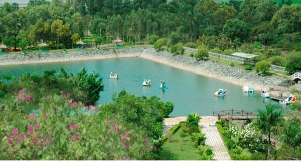 Hồ nước xanh mát tại đồi Tức Rụp