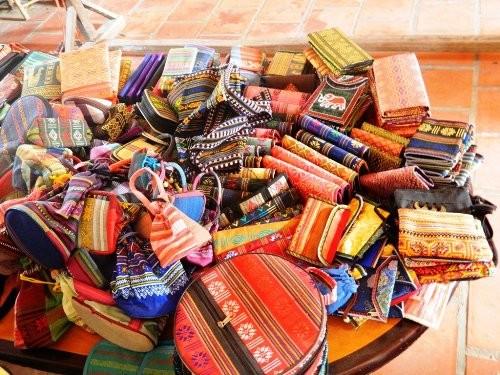 Một số sản phẩm dệt của làng dệt Châu Giang
