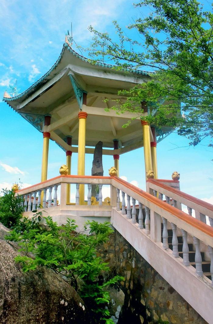 Tiểu đình - nơi dừng chân của du khách trong chặng đường chinh phục núi Ba Thê