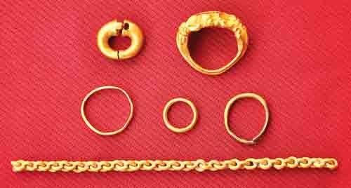 Trang sức được tìm thấy ở khu di chỉ Óc Eo