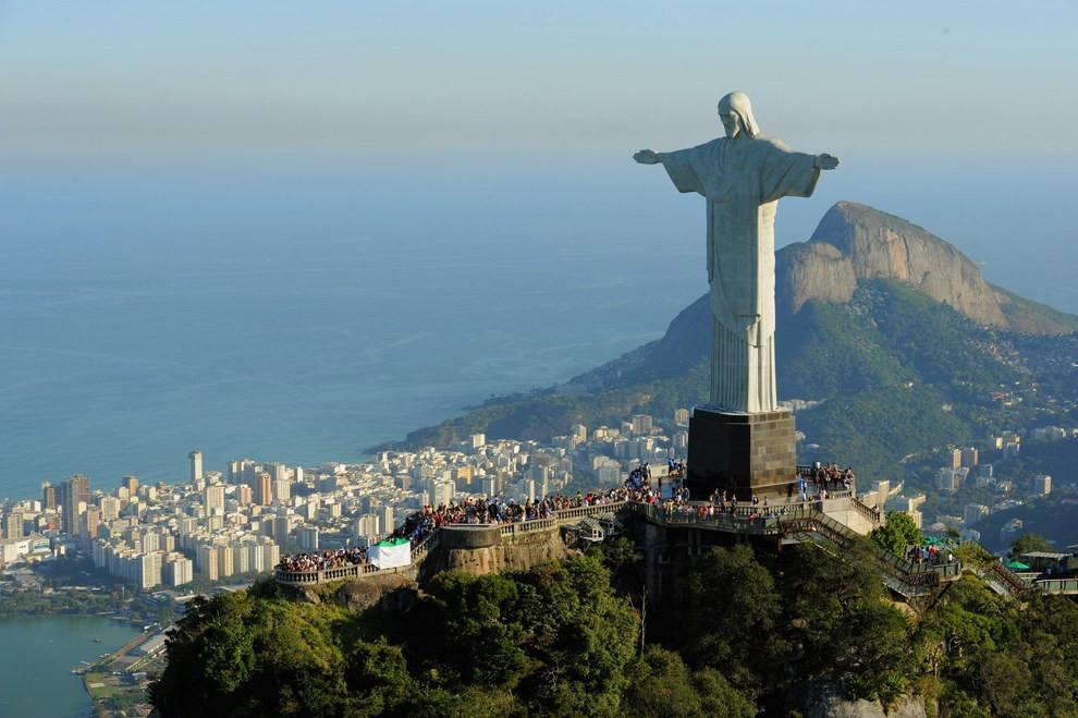 Tượng chúa Ki tô nằm trên đỉnh núi