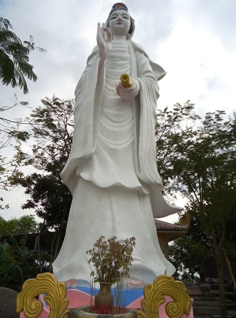 Tượng Phật Bà Quan Âm trong khuôn viên Sơn Tiên Tự